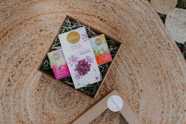Ceilonas melnās tējas un bezkofeīna tējas dāvanu komplekts ar vīnogu tēju, mežrozīšu tēju, karameļu tēju